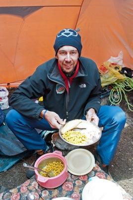 28. Davide con un piatto tipico Sherpa.